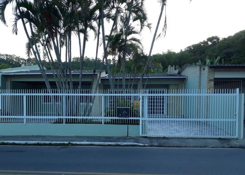Casa com o Código 10001821 à Venda no bairro Canasvieiras na cidade de Florianópolis com 3 dormitorio(s) possui 2 garagem(ns) possui 3 banheiro(s)