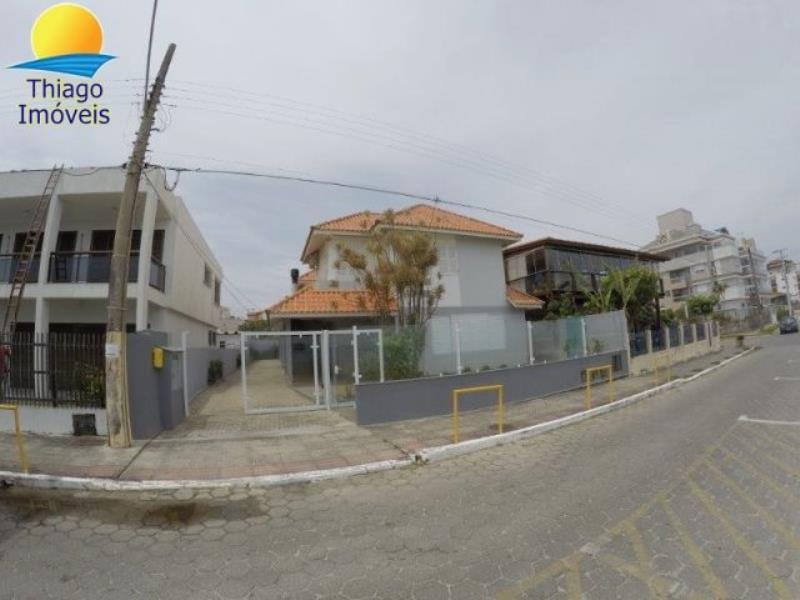 Casa com o Código 10012420 para alugar na temporada no bairro Canasvieiras na cidade de Florianópolis com 2 dormitorio(s) possui 1 garagem(ns) possui 2 banheiro(s)