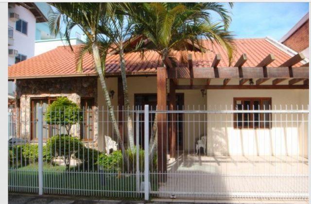 Casa com o Código 2621 para alugar na temporada no bairro Canasvieiras na cidade de Florianópolis com 4 dormitorio(s) possui 1 garagem(ns) possui 4 banheiro(s)
