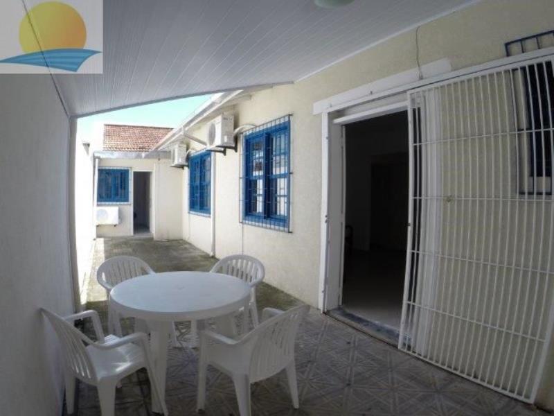Casa com o Código 8217 para alugar na temporada no bairro Canasvieiras na cidade de Florianópolis com 5 dormitorio(s) possui 3 garagem(ns) possui 5 banheiro(s)