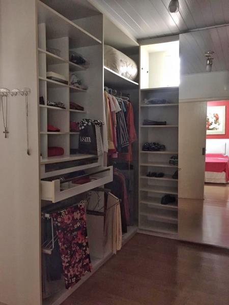 13. Closet suite