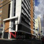A IMOBILIÁRIA NUNES oferece à você o Condomínio Novo Centro.  * PRONTO PARA USO;  * CONSTRUTORA TECNISA  * CONDOMÍNIO NOVO CENTRO  Salas comerciais de 28 a 37 m² e lojas de 86 a 260 m², com controle de entrada, arquitetura diferenciada, serviços pay-per-use e outras facilidades.  Diferenciais   O Novo Centro Curitiba é excepcionalmente bem localizado e fácil de acessar. Com ele você chegará rapidamente ao seu escritório – e seus clientes também. Fica em uma ótima região, próximo a importantes avenidas e pontos da cidade e com grande oferta de transporte público.  Além disto, disponibiliza diversos serviços que ajudam no dia a dia do seu negócio, como sala de reunião, recepcionista, manobrista e outros.  Localização  André de Barros com Dr. Muricy - Centro - Curitiba - PR.  Projeto   Projeto Arquitetônico: Baggio Schiavon Arquitetura Decoração: Lúcia Wjuniski Paisagismo: Baggio Schiavon Arquitetura Incorporação e Construção: Monarca, Stuhlberger e Tecnisa Vendas: Brasil Brokers Galvão e Tecnisa  Características Gerais   Em um terreno de 1.081 m², o Novo Centro Curitiba apresenta:  210 unidades, distribuídas em 15 pavimentos mais térreo, em uma torre única.  15 unidades por andar nos pavimentos tipo. Térreo com lojas, sala de convenção, galeria, entrada de pedestres e de veículos, recepção, circulação e galeria.  140 escritórios de 28 m², 28 escritórios de 34 m², 28 de 35 m² e 14 de 37 m².  4 lojas, com as seguintes metragens: 86, 110, 122 e 260 m².  3 elevadores sociais e um de serviço.  O empreendimento oferece as seguintes áreas comuns e serviços:    *  Sala de reunião    *  Lobby    * Galeria exclusiva    *   Recepção    *  Controle de entrada    *  Recepcionista, manobrista e segurança    *   Serviços pay-per-use   ENTRE EM CONTATO CONOSCO E SAIBA MAIS INFORMAÇÕES - 41 3090-9600    CRECI- 5061- J  ** VALOR SUJEITO À ALTERAÇÕES SEM AVISO PRÉVIO.