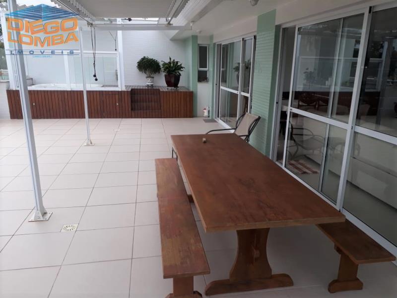 terraço com Mesa de maira maciça