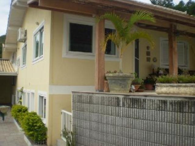 Casa-Codigo-185-a-Venda-no-bairro-Barra-da-Lagoa-na-cidade-de-Florianópolis