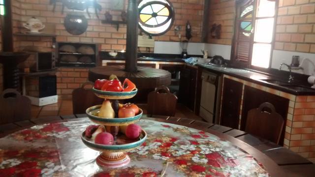 35. Salão de festas com churrasqueira, fogão a lenha e mesa rotatória