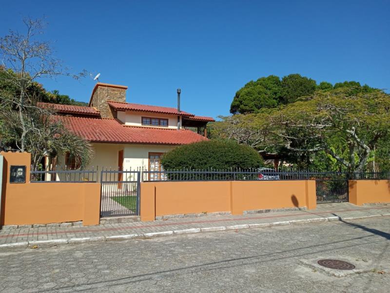 Casa-Codigo-1560-a-Venda-no-bairro-Barra-da-Lagoa-na-cidade-de-Florianópolis