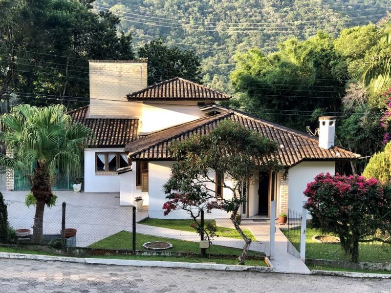 Casa-Codigo-1675-a-Venda-no-bairro-Itacorubi-na-cidade-de-Florianópolis