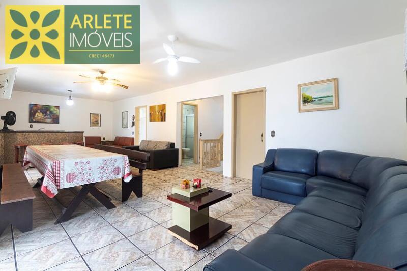 8 - sala de estar com TV  imóvel locação porto belo