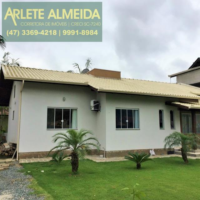 Casa-Codigo-107-a-Venda-no-bairro-Centro-na-cidade-de-Porto-Belo