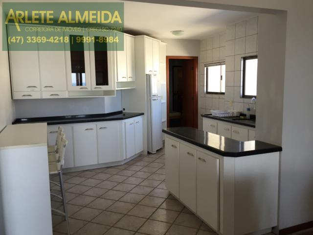 9 - Cozinha mobiliada (foto 1), de cobertura à venda, em Bombas/Bombinhas.