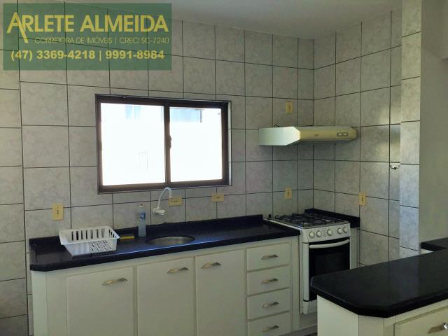 10 - Cozinha mobiliada (foto 2), de cobertura à venda, em Bombas/Bombinhas.