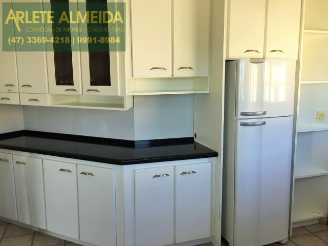 11 - Cozinha mobiliada (foto 3), de cobertura à venda, em Bombas/Bombinhas.