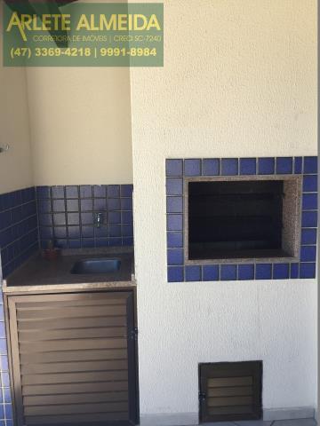17 - Churrasqueira e pia, de cobertura à venda, em Bombas/Bombinhas.