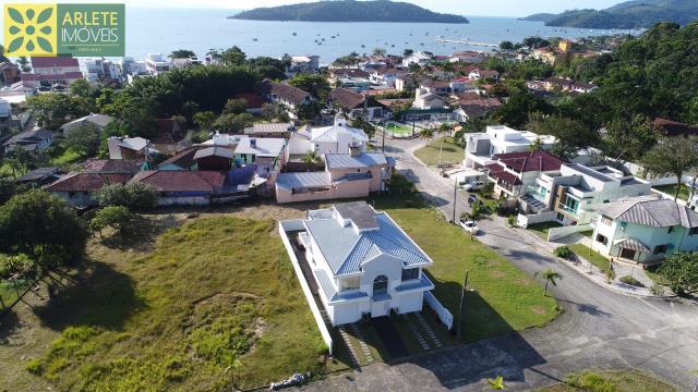 Casa Codigo 1401 a Venda no bairro-Centro na cidade de Porto Belo