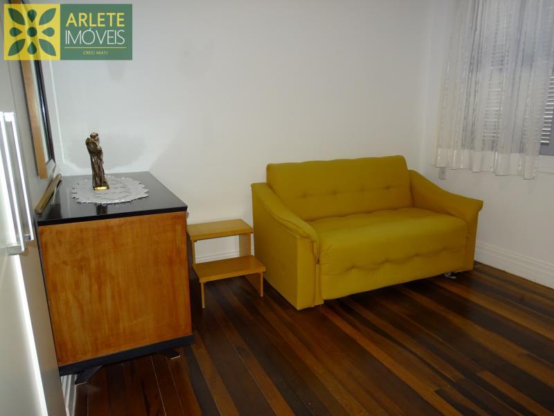 8 - sala de estar andar superior casa beira mar locação centro porto belo