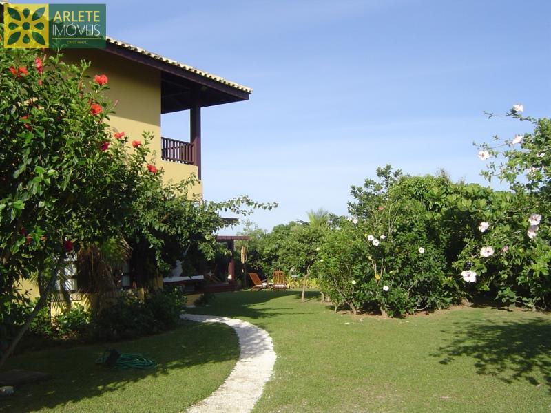20 - Fachada lateral e jardins de casa frente mar, em Mariscal/Bombinhas