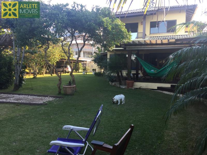 21 - Fachada frontal e jardins de casa frente mar, em Mariscal/Bombinhas