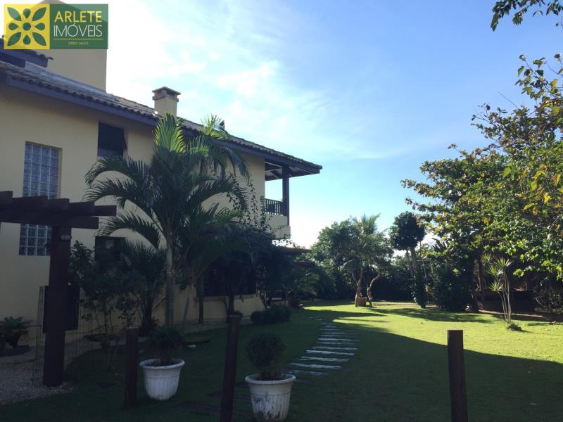 22 - Fachada lateral e jardins de casa frente mar, em Mariscal/Bombinhas