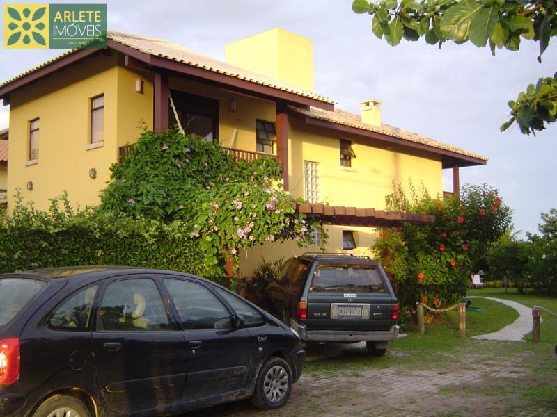 28 - fachada de fundos e área de estacionamento de casa frente mar, em Mariscal/Bombinhas
