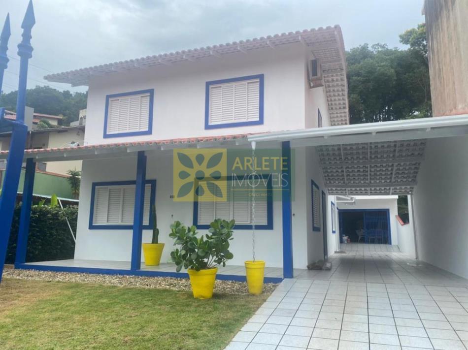Casa Codigo 2741 a Venda no bairro-Centro na cidade de Porto Belo